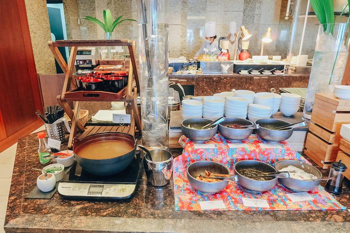 沖縄そば、ジーマミ豆腐、もずく、キムチ、梅干しなど