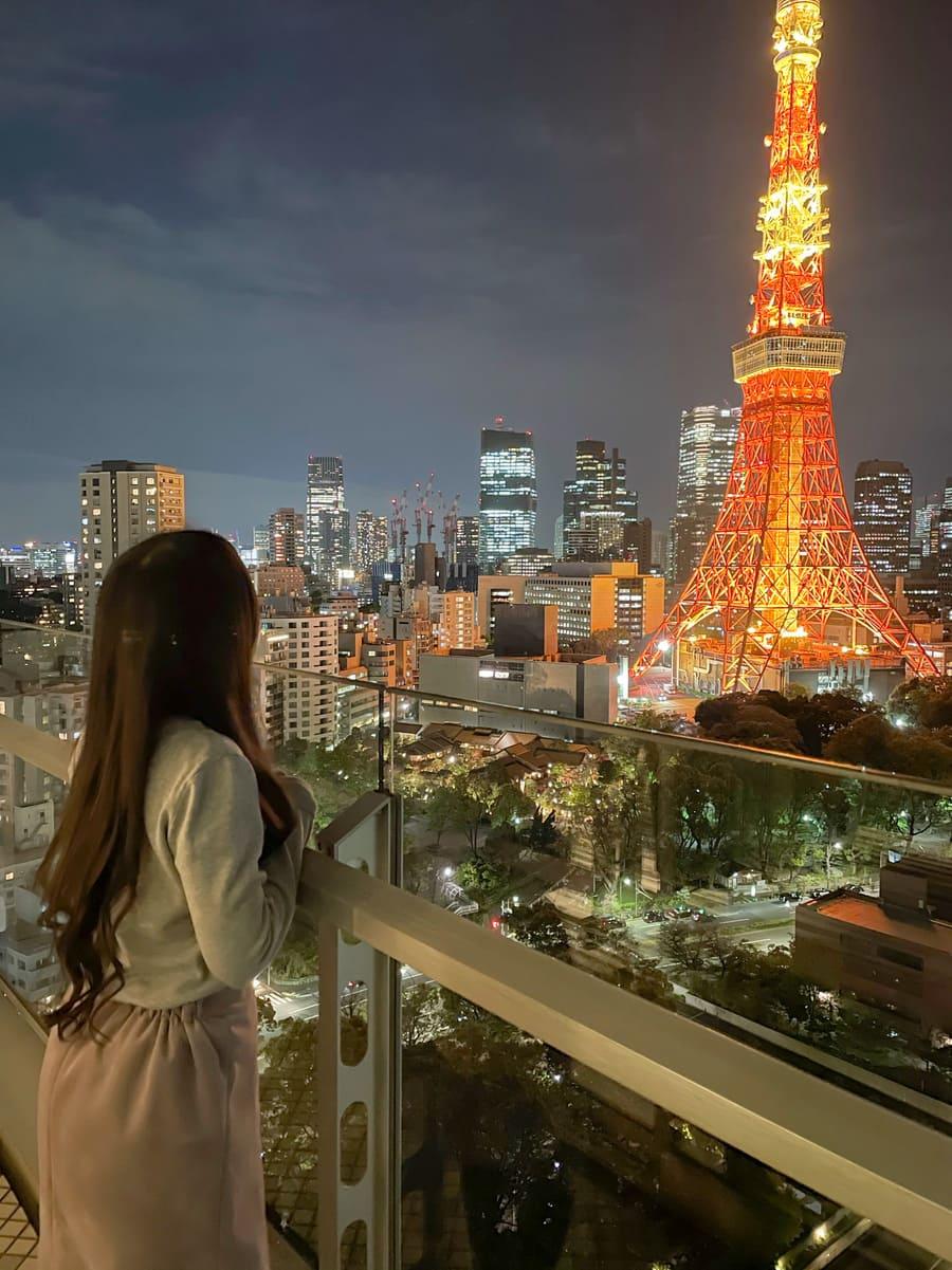 バルコニーから見るライトアップされた東京タワー